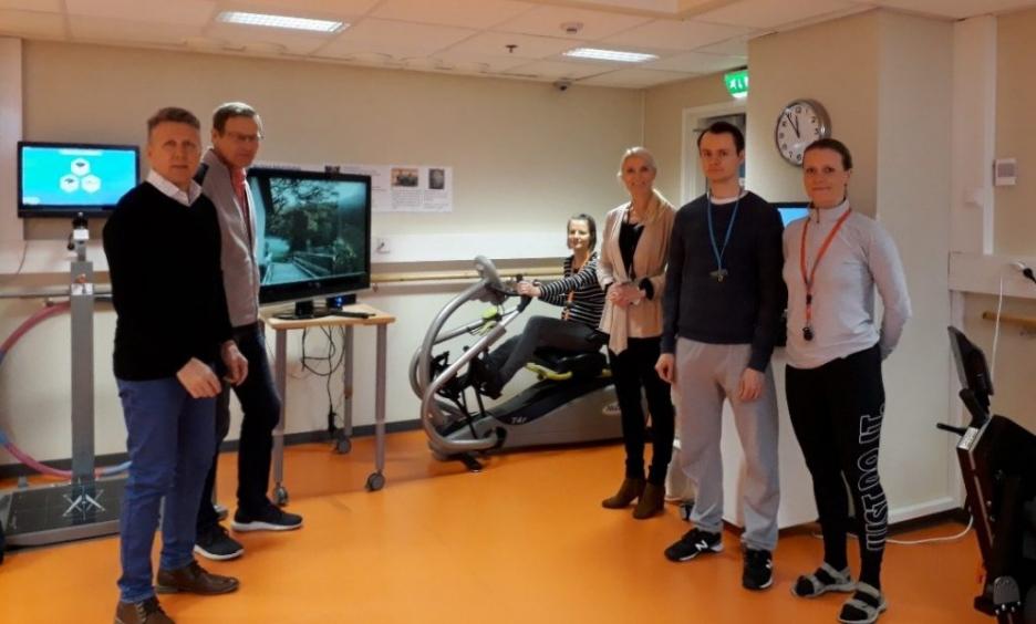 Medekan virtuaalireitin testaajia Kuuselakeskuksessa