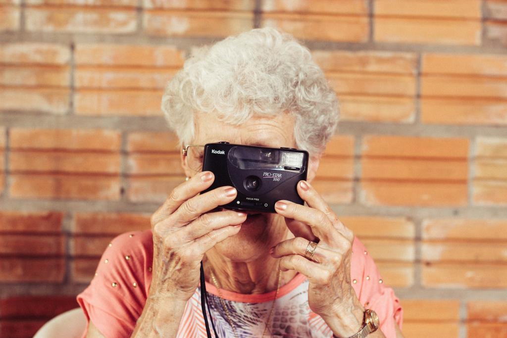 Iäkäs nainen ottaa valokuvaa.