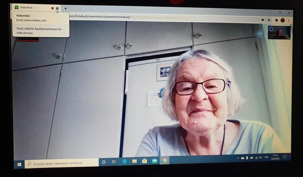 Iäkäs nainen videopuhelussa