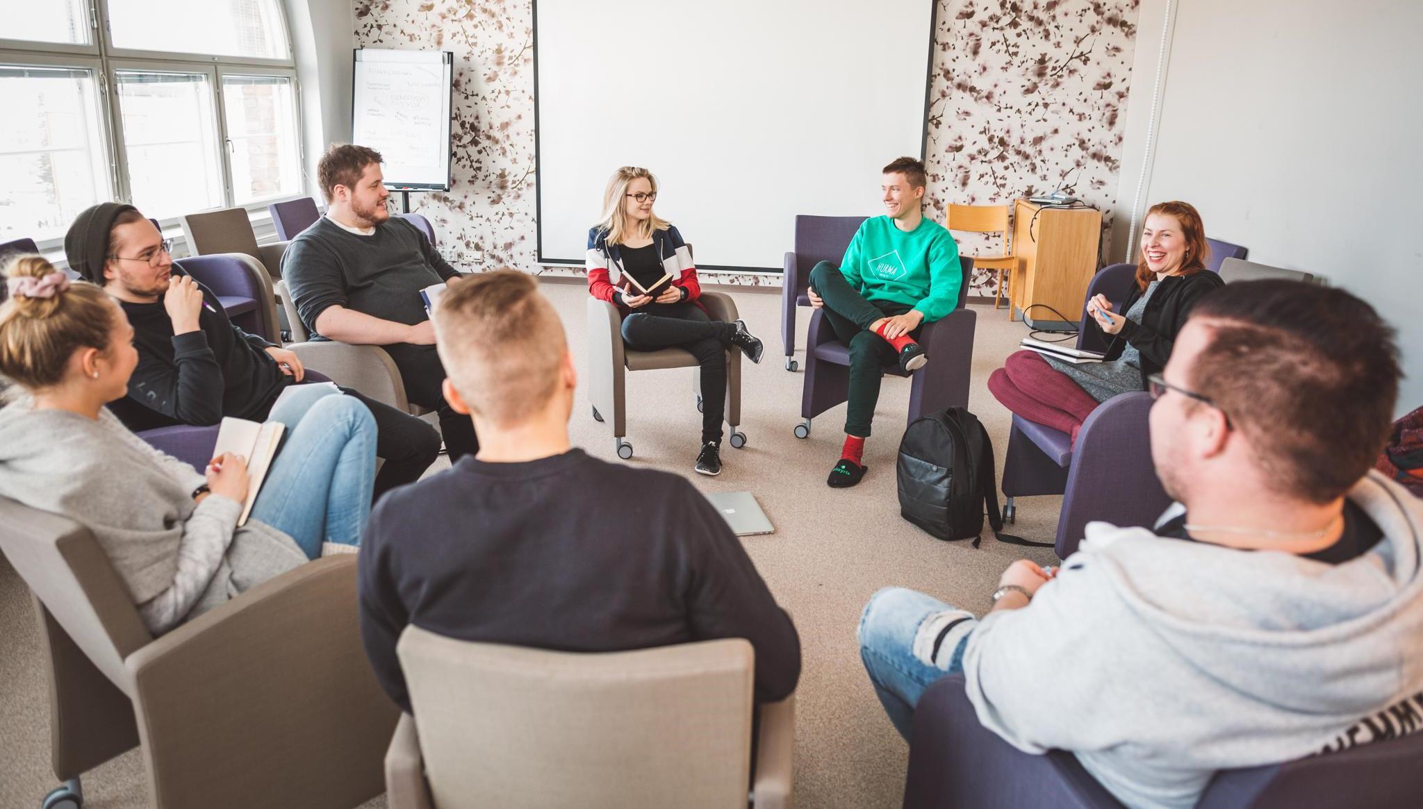 Dialogirinki - ihmisiä keskustelemassa ringissä