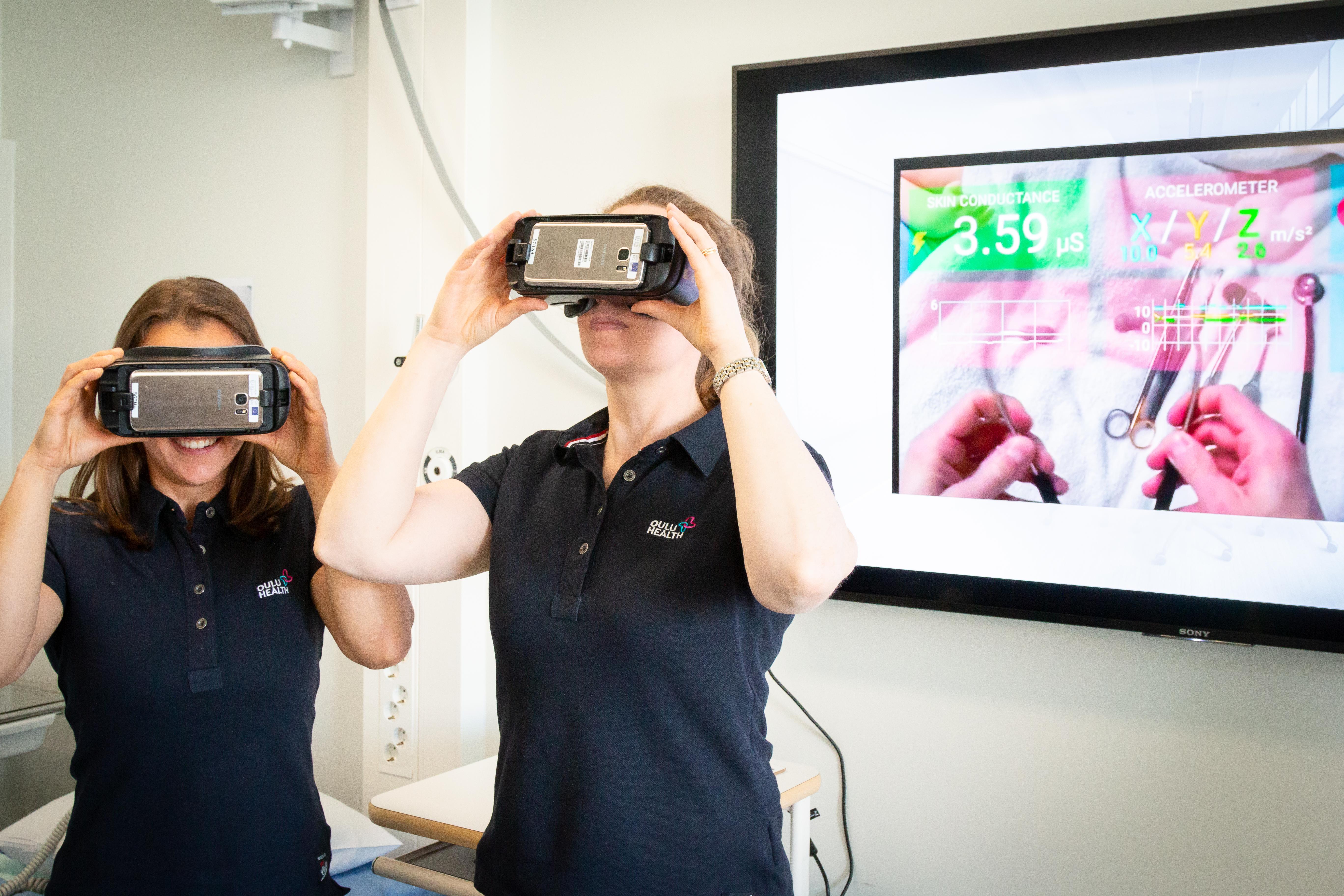 Kaksi naista päässään virtuaalilasit.