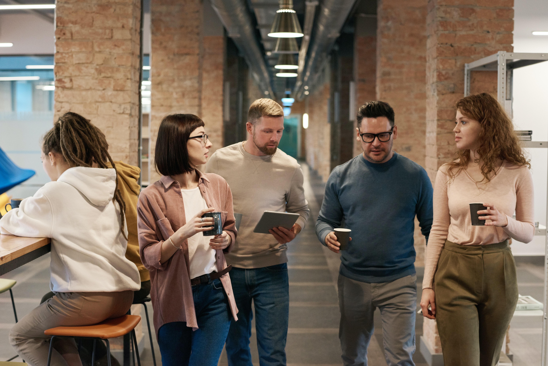 Ryhmä ihmisiä kävelee käytävällä