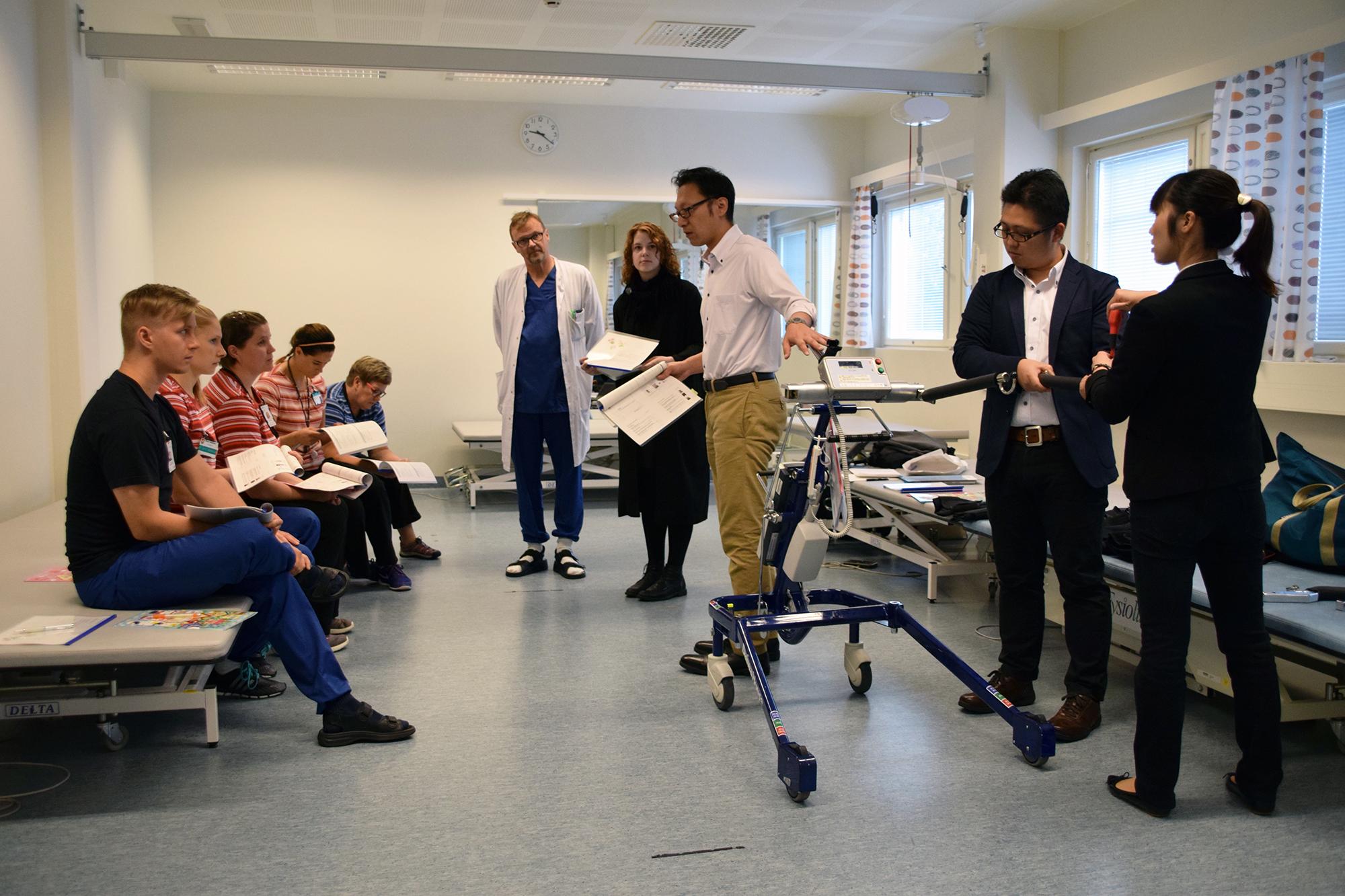 Japanilaisia asiantuntijoita ja suomalaisia ammattilaisia koulutuksessa.